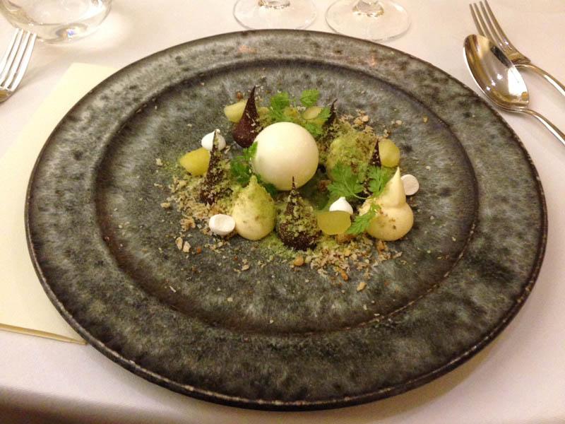Æg i rede – hvid og mørk chokolademousse,  creme fraiche parafait, limesirup og estragon