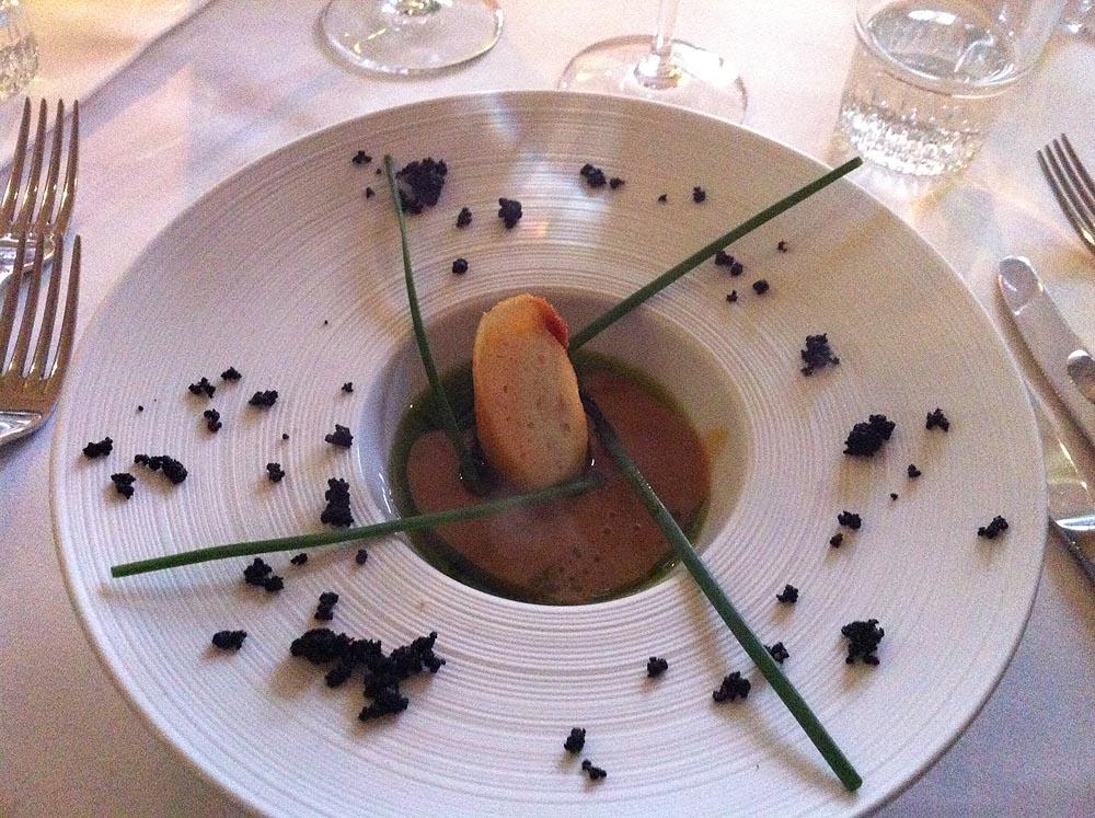 Vesterhavsfisk og skaldyr i sprød skorpe serveret i jomfruhummerbisque