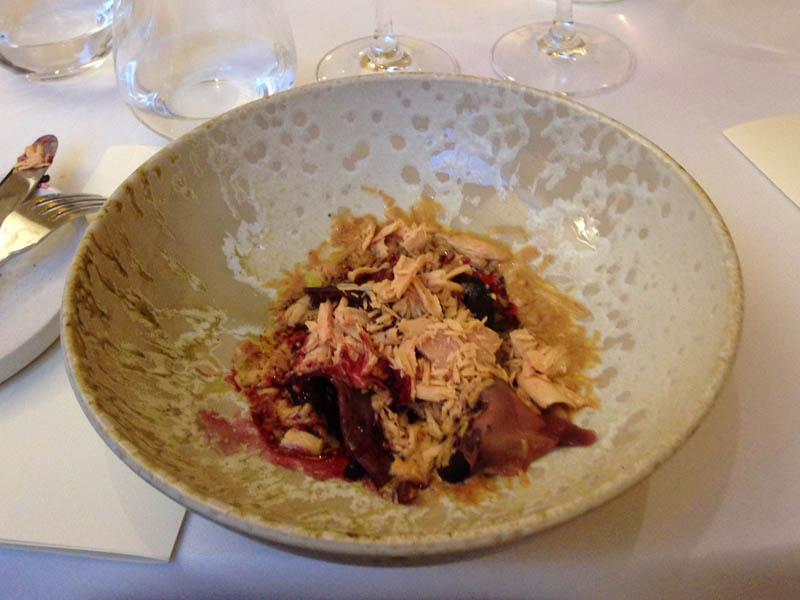 Gravad gåsebryst, rødbeder, hybenrose og høvlet foie gras